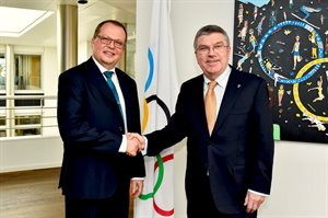 Lukas Hinder and Thomas Bach © IOC